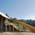 西沢立衛+nendoデザインによる休憩所「森の屋根ときのこ」